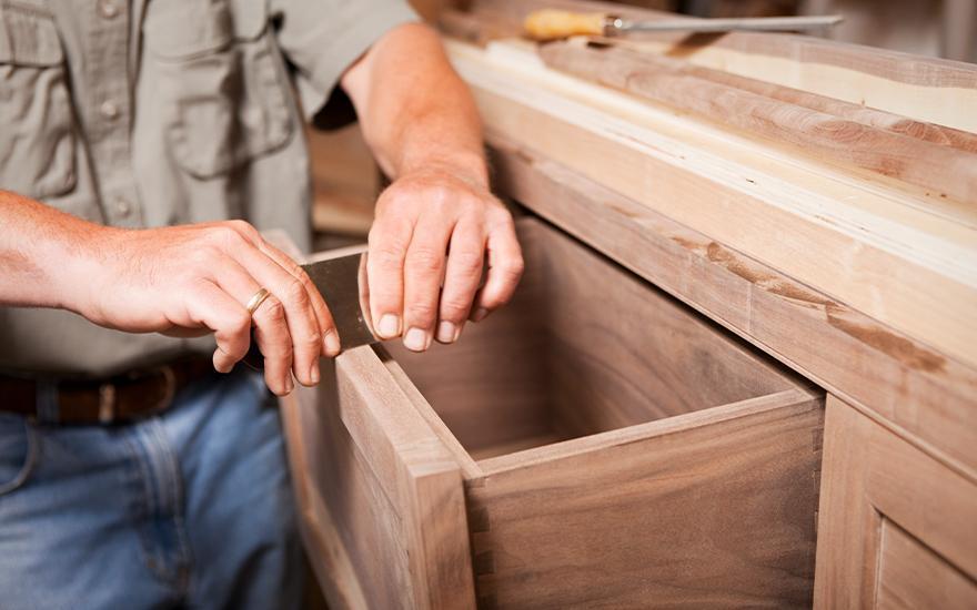 szlifowanie drewnianej szafki