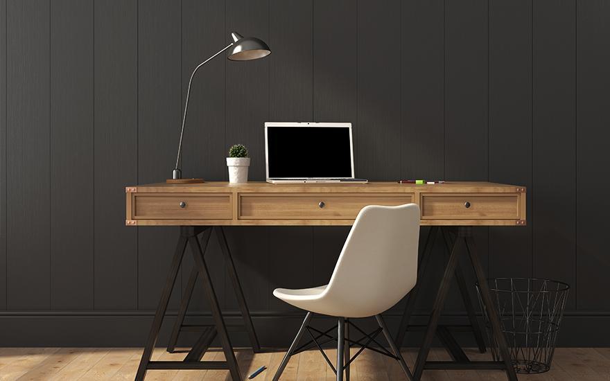 drewniane biurko zkrzesłem